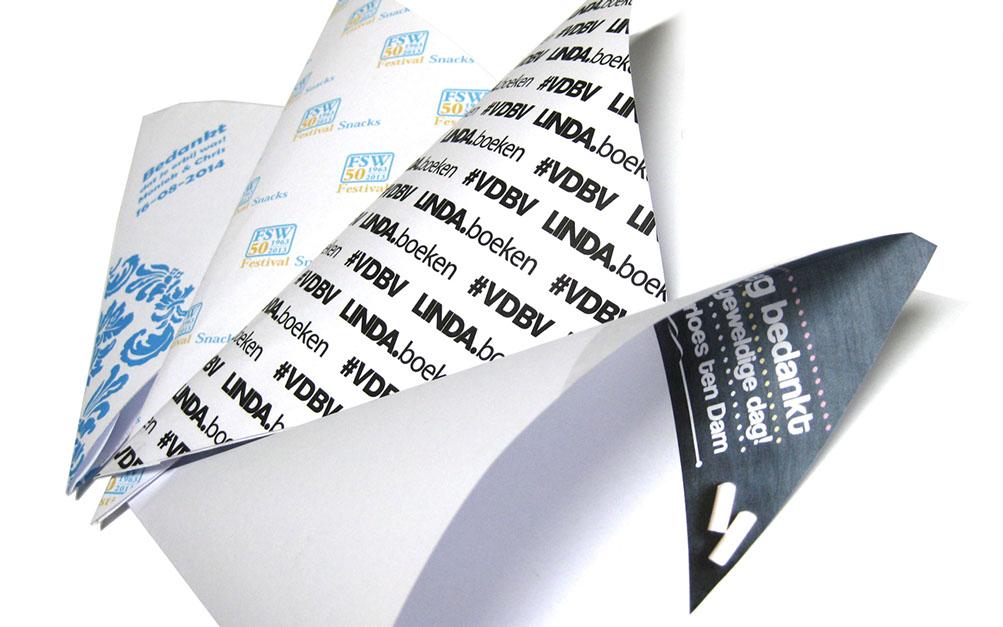 Bedrukte frietzakjes, papieren puntzakken bedrukt met logo en tekst